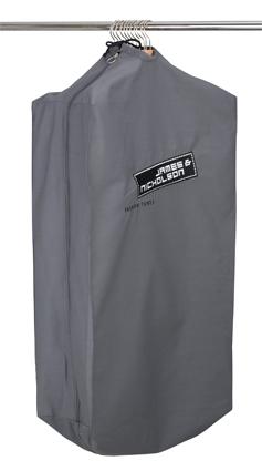 Strapazierfähiger Kleidersack mit hochwertig gesticktem James & Nicholson-Logo